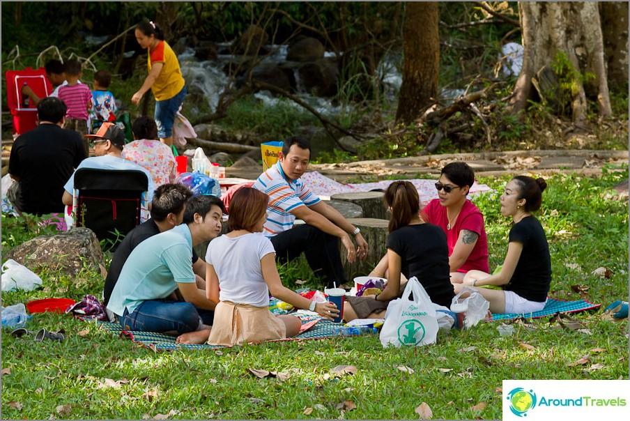 Thaimaalaiset perheet istuvat ympyröissä