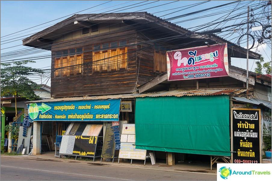 Muilla kuin turistialueilla vain Thaimaan kirjoitukset