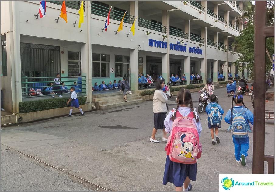 Thaimaan kouluissa on tiukat säännöt, on parempi mennä yksityiseen