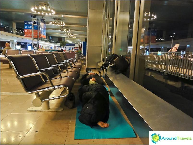Yöpyminen Pariisin Orlyn lentokentällä.