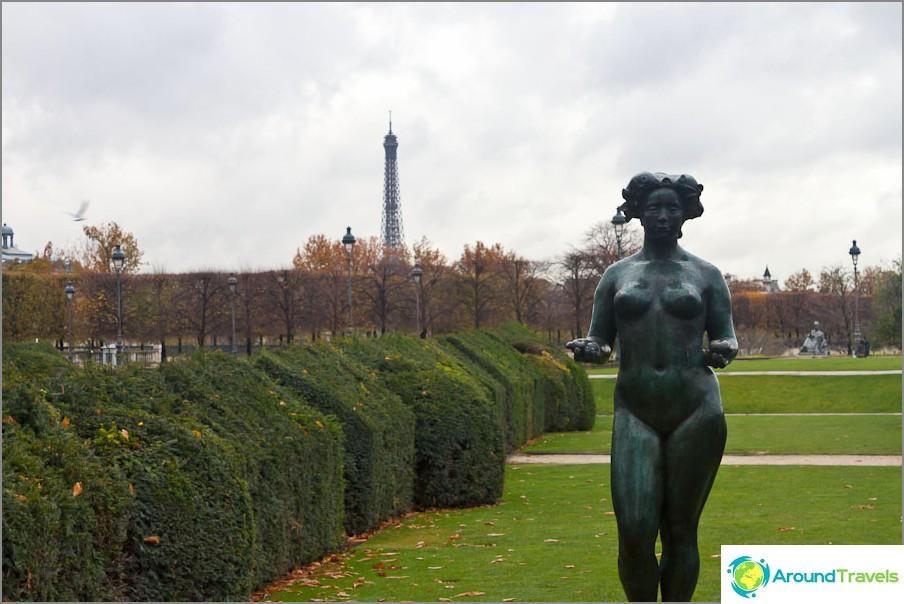 Oudot hahmot lähellä Louvre