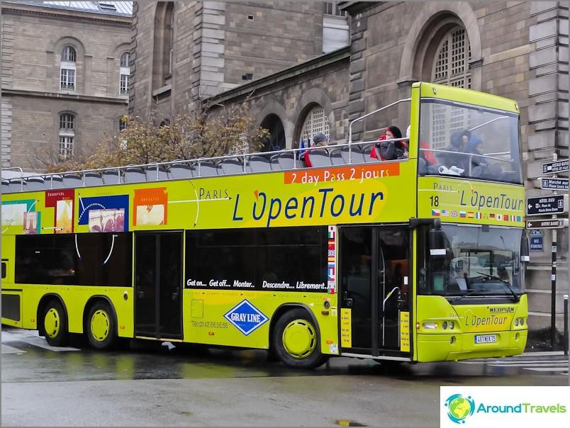 Retkibussit kulkevat Pariisissa