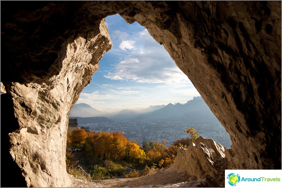 Yksi luolan ikkunoista lähellä Grenoblea