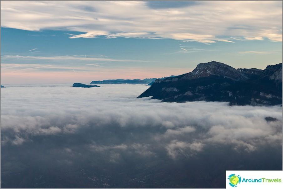 Планини като острови в море от облаци