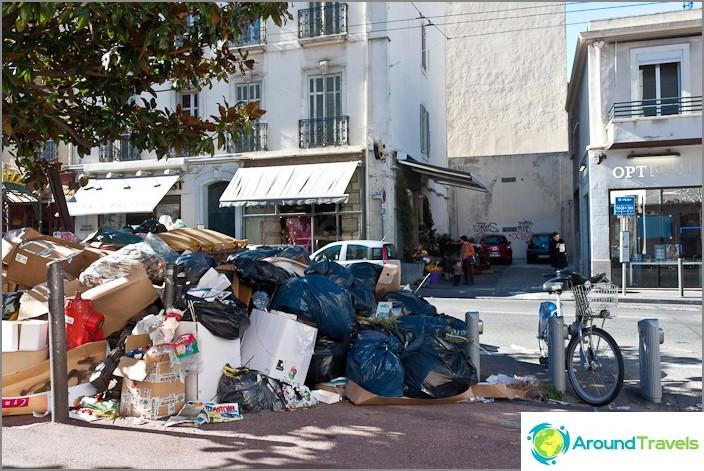 Marseillen kaupunki ja ne samat vuoret roskat, jotka johtuvat lakosta