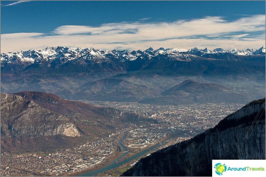 Grenoble kaupunki kaukana alapuolella
