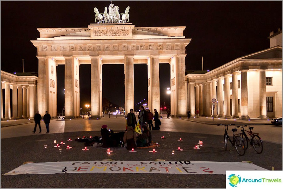 Мини стачка на Бранденбургската порта в Берлин