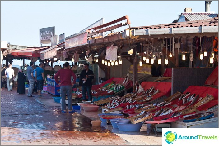 Рибен пазар на брега на Мраморно море. Вонята е ужасна.