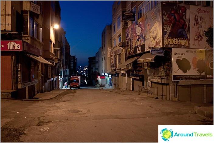 Центърът на Истанбул вечерта.