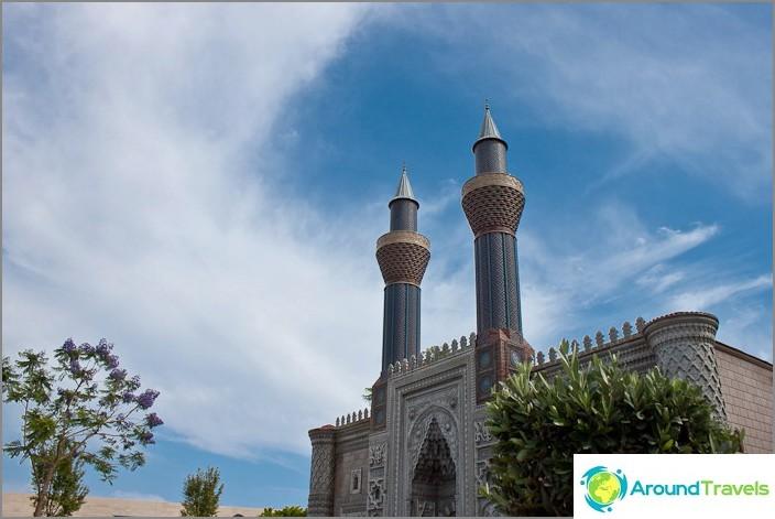Оформлението на джамията в Мини Сити.