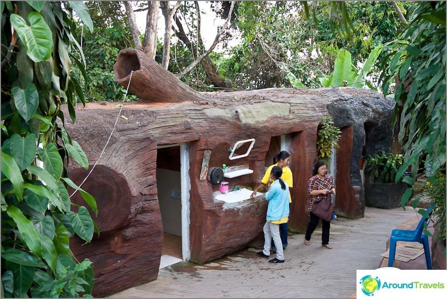 Сградата на тоалетна под формата на ствол на дърво в Пукет