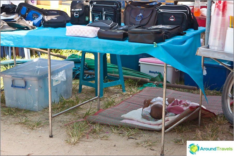 Детето спи на пазара под масата.