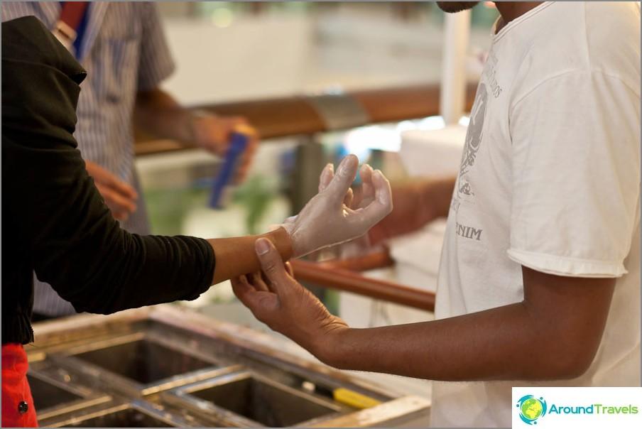 Процесът на изработване на восъчни ръце като спомен