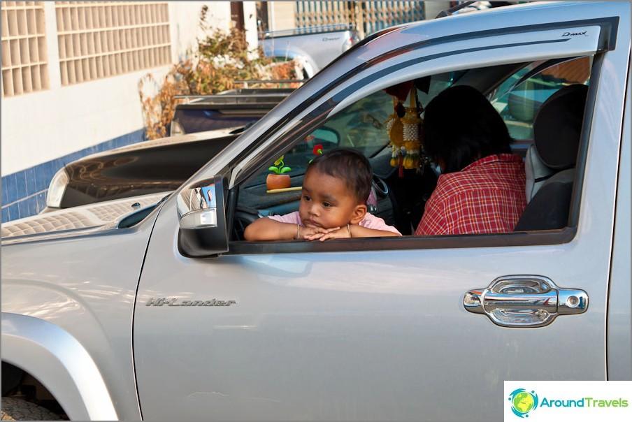 Тъжно дете в кола