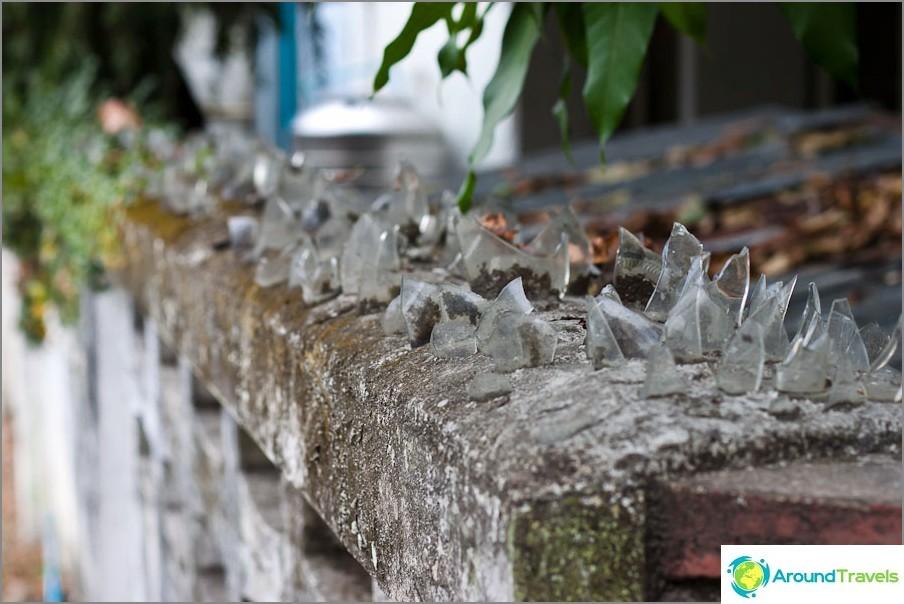 Ограда, защитена от вградени стъклени фрагменти
