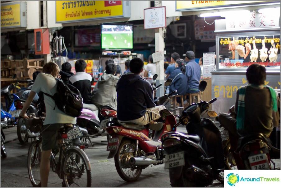 Публично гледа футболен мач - телевизионни щандове в кафене