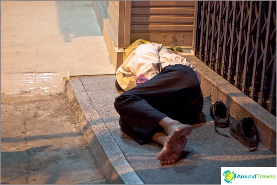 Спи точно на улицата