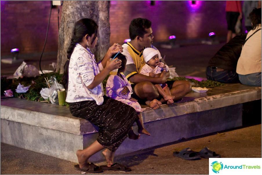 Тайландско семейство на почивка