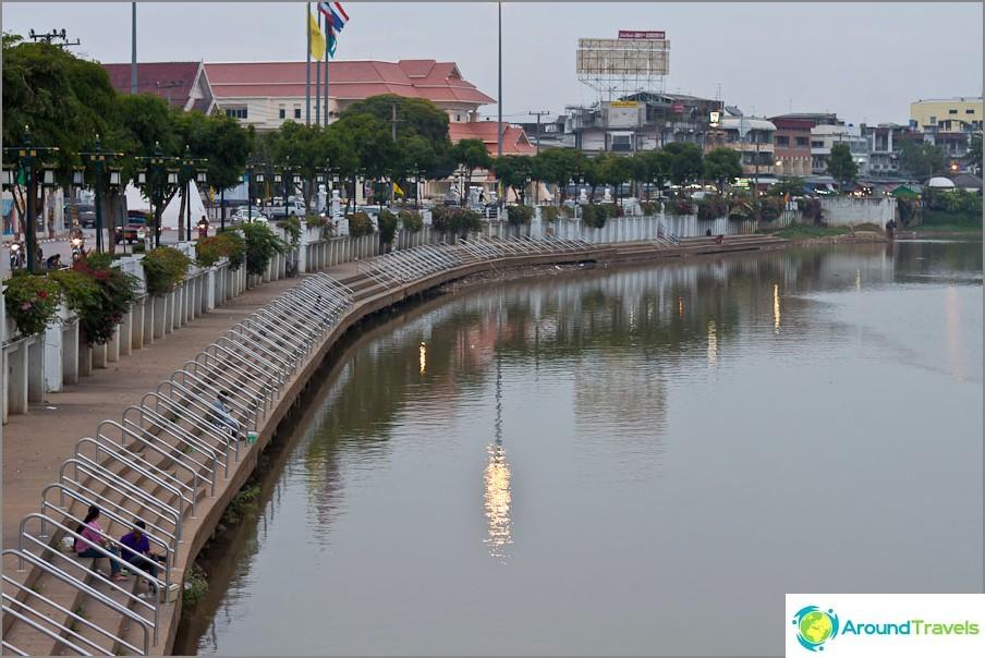Крайбрежна алея в Чианг Май