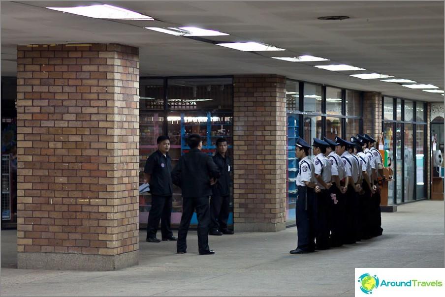 Проверка на полицията в търговския център