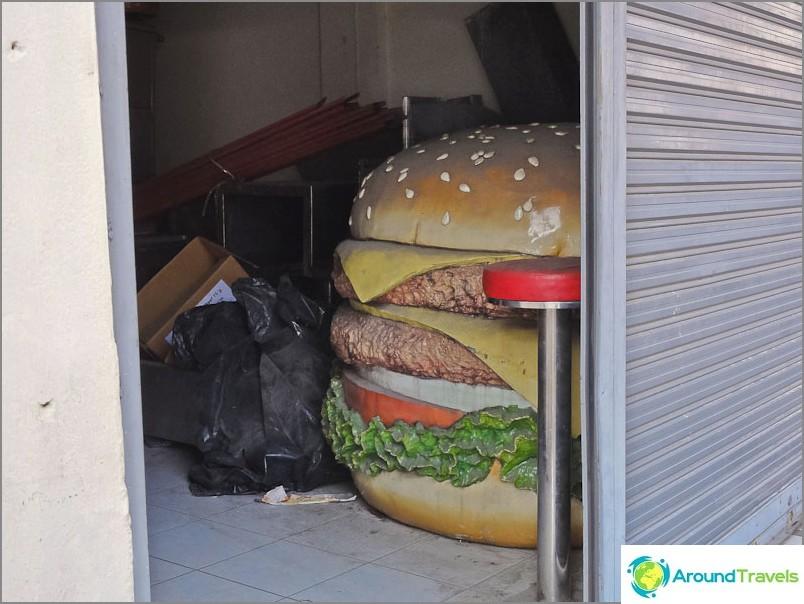 Някой крие голям бургер в гаража