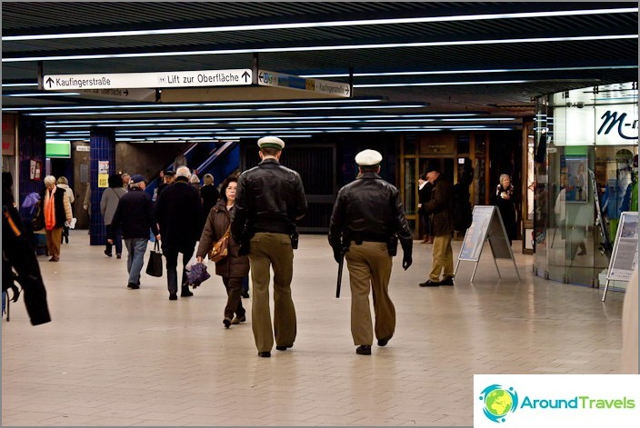 Poliisi kävelee ja hymyilee