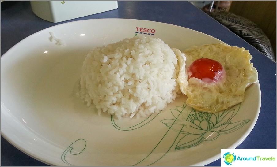 Riisi ja paistettu muna Tescon ruokakentällä