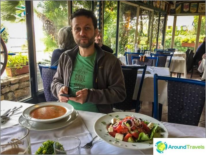 Istun kahvilassa rannalla, otin kalakeittoa ja kreikkalaista salaattia