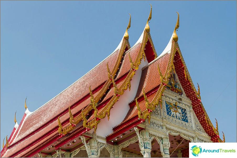 Tyypillinen thaimaalainen temppelikatto