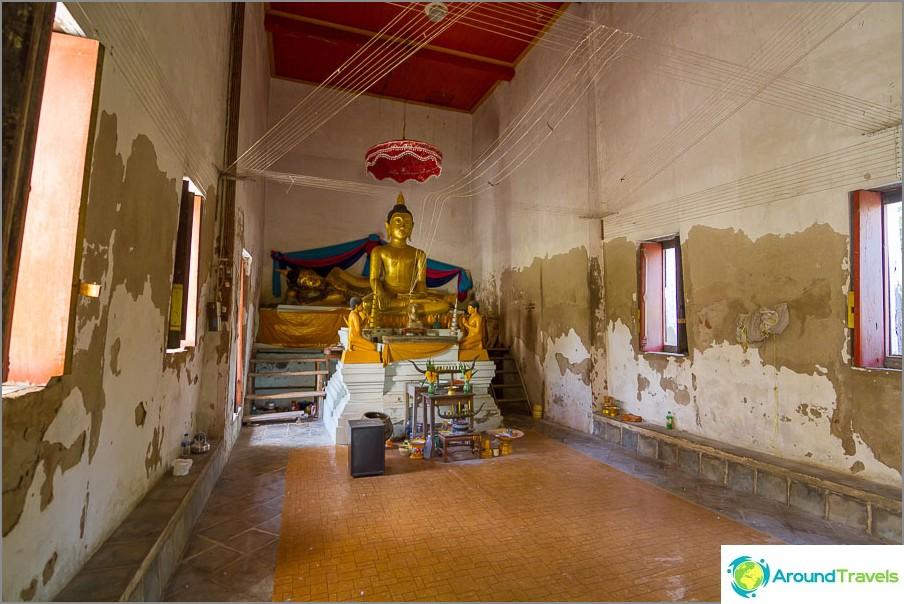 Temppelin sisällä korvan vieressä