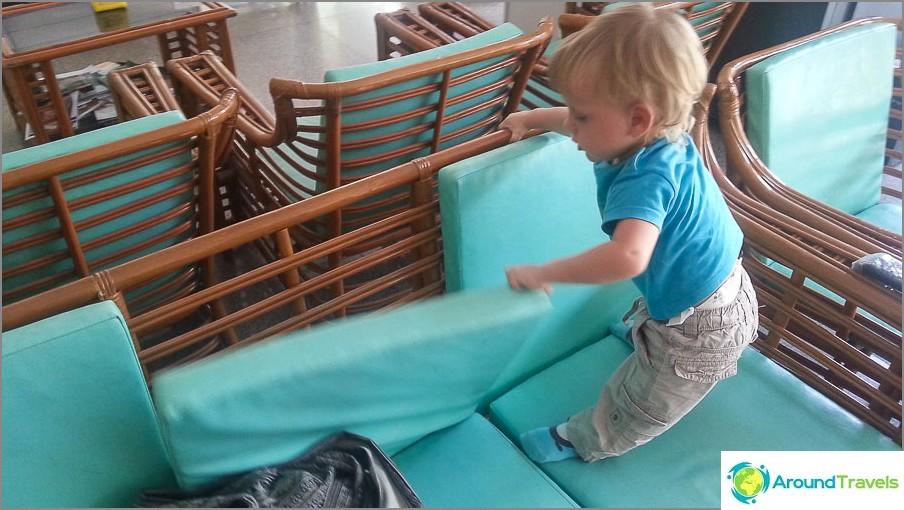 Lapsilla on jotain tekemistä, esimerkiksi tyynyjen ottamista