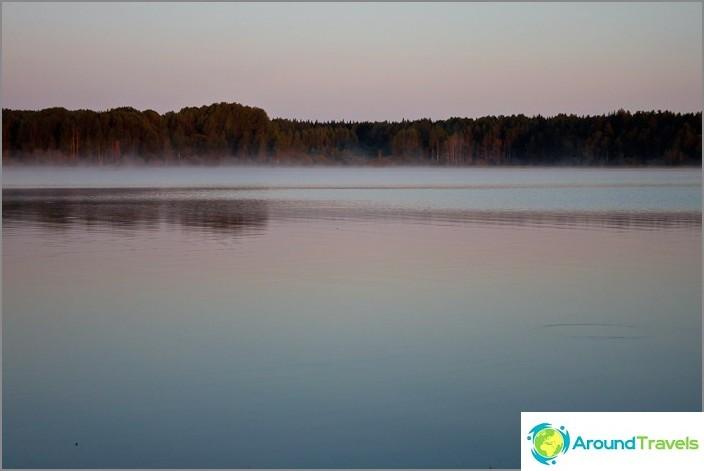 Varhain aamulla Volgo-järvellä. Täydellinen hiljaisuus.