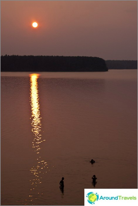 Auringonlasku. Volgo-järvi.