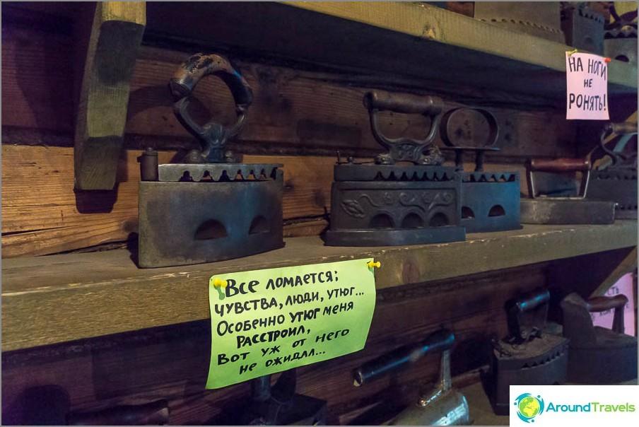 Useita hyllyjä huoneessa - tämä on rautamuseo, sisäänkäynti 120 ruplaa